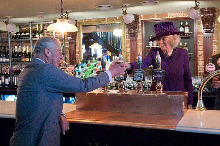 Charles en Camilla in de pub. Beeld Getty Images