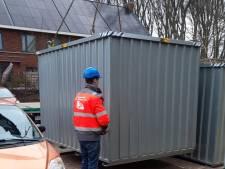 Noodcontainers bij schuurtjes die uiteen dreigen te spatten in Ermelo, woningstichting UWOON zoekt oplossing