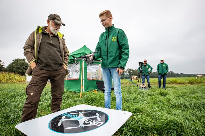 Vogelwerkgroep Geesteren gaat op natuurwerkdag met een drone op zoek naar gruttonestjes. Deelnemers zoals Gerrit Schepers (links) mogen dat zelf doen.