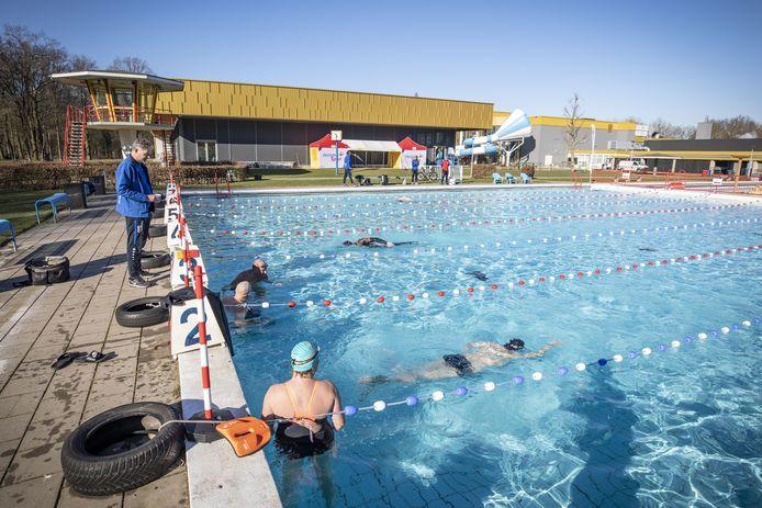 Het Twentebad heeft als eerste zwembad in de regio het buitenbad open gedaan. Met een watertemperatuur van 24,8 graden is het volgens de zwemmers aangenaam om baantjes te trekken.