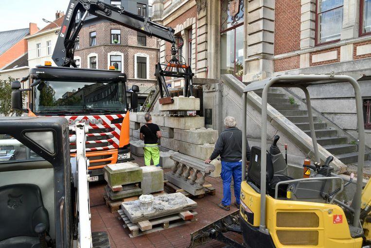 De restauratie van de pui aan het gemeentehuis is eindelijk begonnen.
