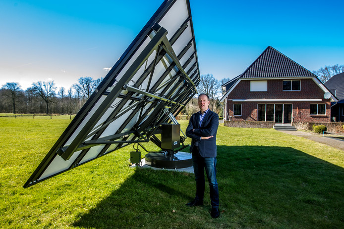Gerard Albers heeft zelf in de tuin een prototype van het draaiende zonnepaneel.
