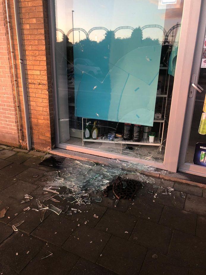 De vitrine van Stop&Shop is vernield.