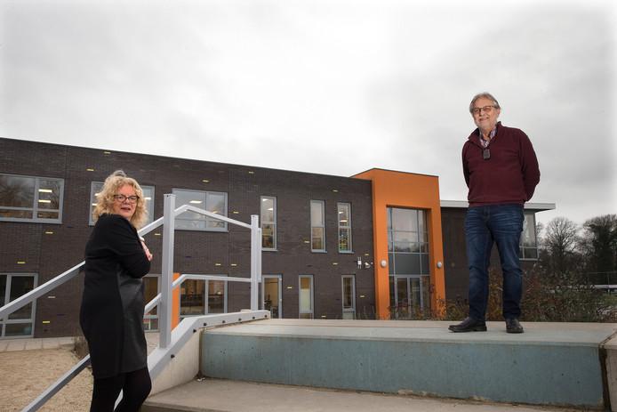 Basisschool Gaanderwijs: directeur Jac Linders en adjunct-directeur Marianne Onstein. Zij nemen beiden na meer dan 40 jaar afscheid van deze school.