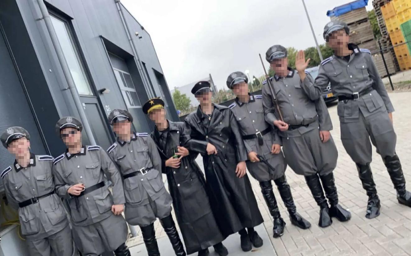 De beelden van de jonge mannen in legeruniformen die rondgaan op sociale media.