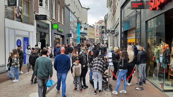 Drukte in het centrum van Arnhem op de eerste zaterdagmiddag na de versoepeling van de coronaregels, waardoor winkelen niet meer op afspraak hoeft.