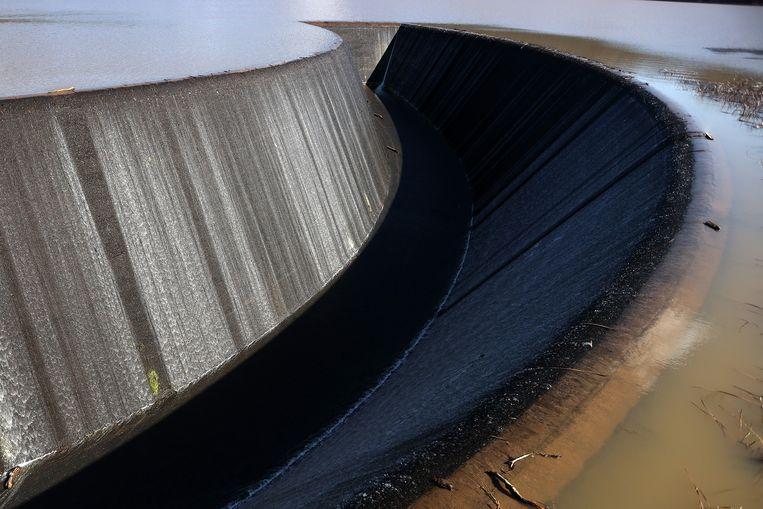 Het water staat tot de rand bij de Lower Nihotupu Dam in Auckland, Nieuw-Zeeland. Het stuwmeer kreeg in twaalf uur tijd evenveel regen te verduren als gewoonlijk in een maand valt. De autoriteiten waarschuwen dat de Nieuw-Zeelanders nog steeds zuinig moeten zijn met kraanwater, omdat er een lange periode van droogte is geweest. Beeld Getty Images