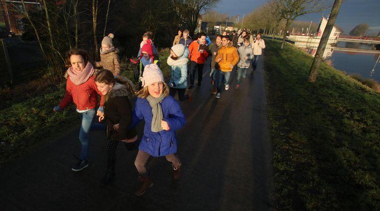 De leerlingen van De Vaart lopen gezwind in de frisse buitenlucht.