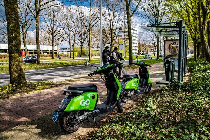 Ter illustratie: twee deelscooters van GO Sharing in Deventer.