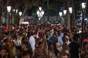 In de populaire uitgaansbuurt van Barcelona draagt niemand een mondmasker.