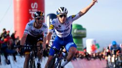 Remco pakt uit in Algarve: Evenepoel wint na ultieme inspanning en draagt zege op aan Nikolas Maes