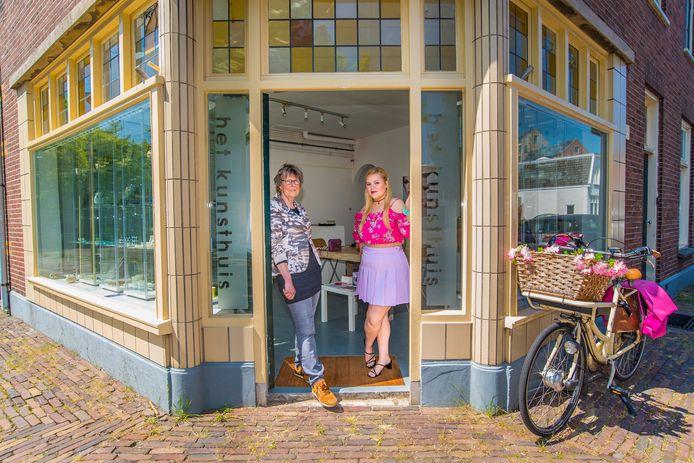 Erna Futselaar (l) en Daphne Fernhout in de ingang van Het Kunsthuis aan de Trompstraat.