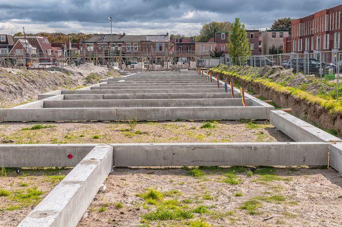 Kavels waar de voorbereiding voor een blok huizen al is gedaan. Stel dat de aannemer tussendoor failliet gaat, dan helpt een waarborgfonds met het afmaken van de bouw.
