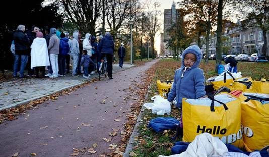 Asielzoekers protesteren tegen de voorzieningen in de noodopvang in het voormalige ministerie van Sociale Zaken in Bezuidenhout.