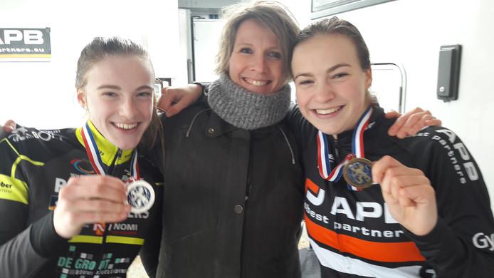 Zilveren Mirre Knaven (links) en haar bronzen zus Senne weten beiden van wie ze het crosstalent hebben: 'Van mama. Papa vond veldrijden niet leuk.'
