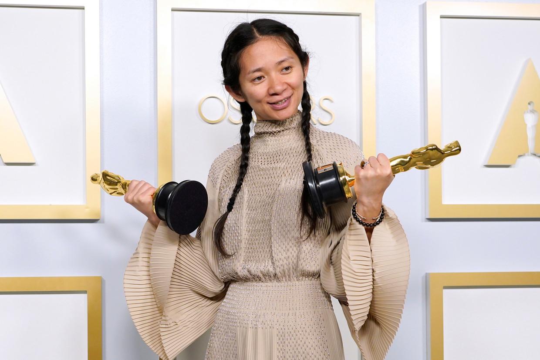 'Nomadland'-regisseur Chloé Zhao, met haar twee Oscars. Beeld REUTERS