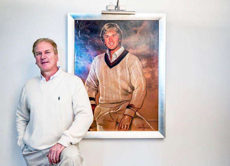 Mark C. Deren stond model voor het iconische portret van Donald Trump. Hier staat hij in zijn Heemskerkse appartement voor zijn eigen portret. Beeld Raymond Rutting/de Volkskrant