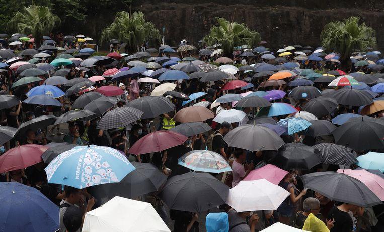 De gutsende regen kan de actievoerders niet tegenhouden.