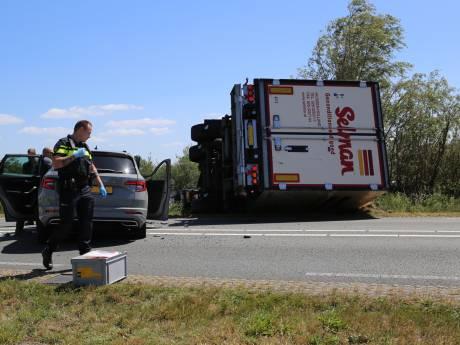 Vrachtwagen gekanteld en meerdere auto's betrokken bij flink ongeluk Vinkeveen