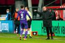 Groningen-coach Buijs geeft Strand Larsen aanwijzingen.