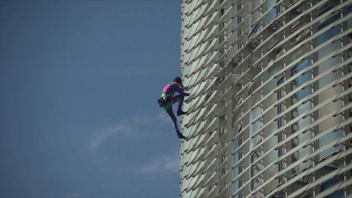 Alain Robert, alias le Spider-Man français, a escaladé la tour Glòries à Barcelone pour mettre en garde contre la psychose qui circule autour du coronavirus.