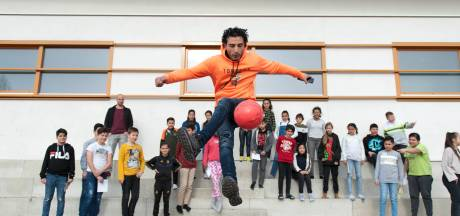 Straatvoetballer Touzani coacht Deventer groep 8 naar de middelbare school: 'Ik chill bij Ronaldo, maar dat komt niet vanzelf'