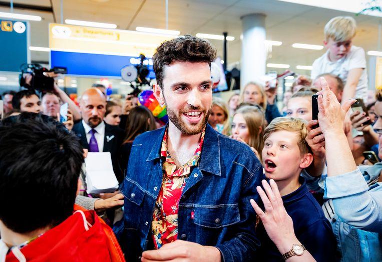 Duncan Laurence wordt door fans onthaald op luchthaven Schiphol. Hij won het Songfestival, waardoor Nederland de volgende editie moet organiseren. Beeld ANP Kippa