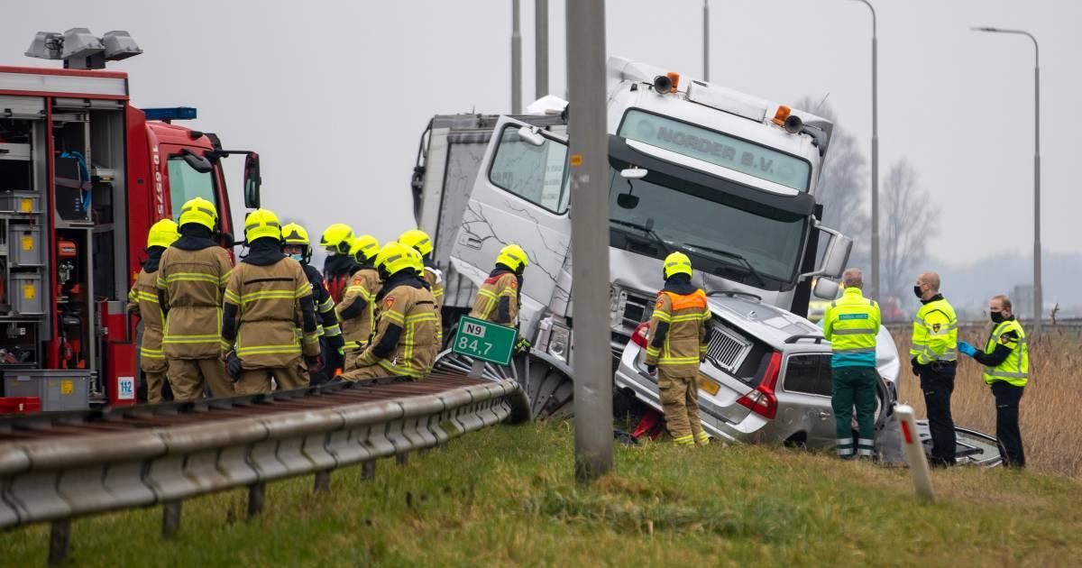 Agent omgekomen bij ongeluk, zijn vrouw en collega is zwaargewond.