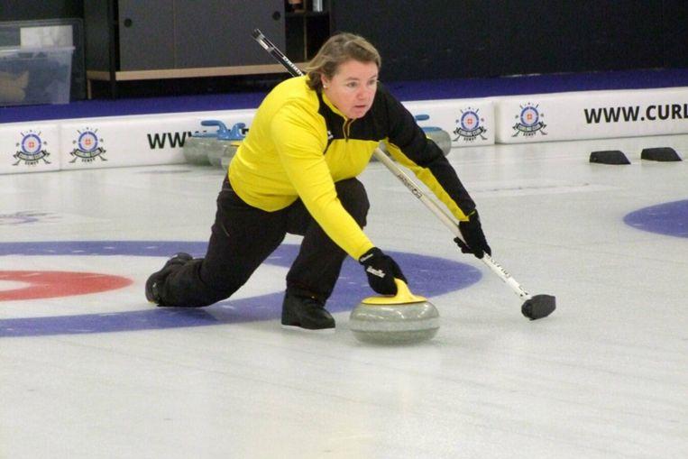 Veerle Geerinckx in actie op de curlingbaan.