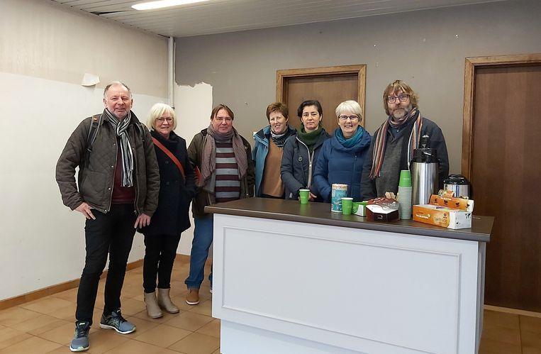 Een aantal vrijwilligers van de Oxfam Wereldwinkel in het nieuwe pand, met uiterst rechts Miel Van de Weyer.