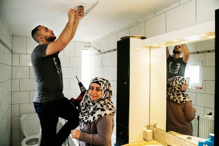 Een syrisc koppel in hun huurwoning in Sint-Niklaas. Beeld Tim Dirven