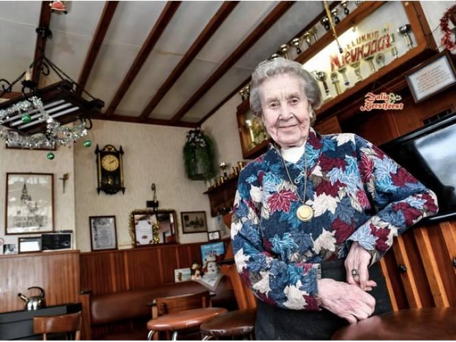"""Denise (92), oudste cafébazin van Vlaanderen, is niet meer: """"De lockdown heeft haar gekraakt"""""""