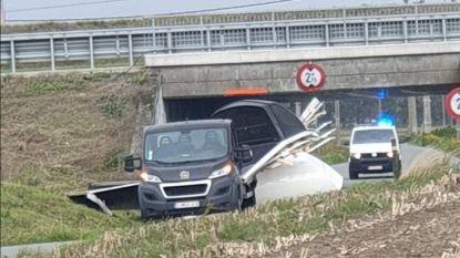 Bestuurster knalt met bestelwagen tegen brug A19