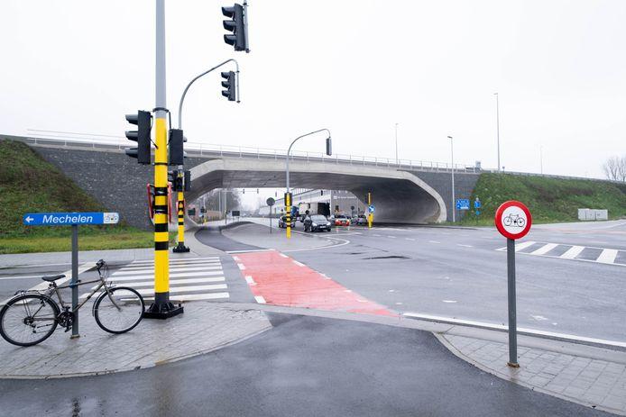Het kruispunt van de R6 met de Antwerpsesteenweg is ruim een jaar klaar, maar nu pas besliste de stad de nodige grond te verkopen aan het Vlaams Gewest. De gelijkaardige heraanleg op het kruispunt met de Liersesteenweg is nog langer klaar.