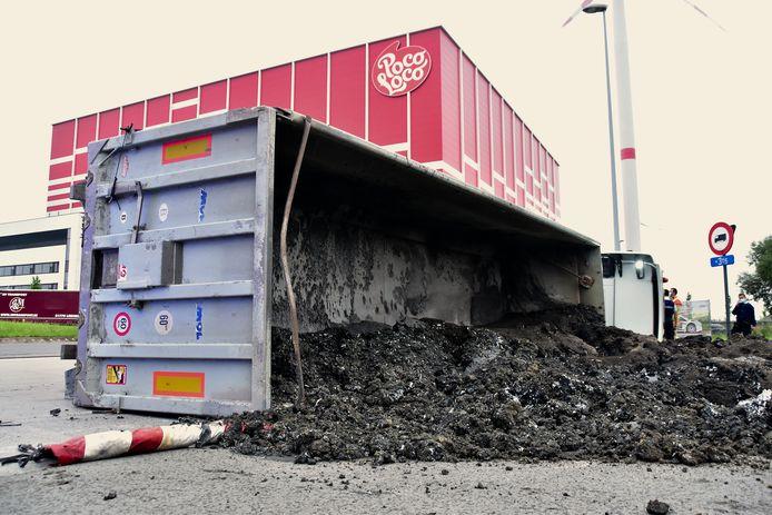De vrachtwagen met aanhangwagen kantelde op de rotonde van de Graankaai, aan het bedrijf Poco Loco.