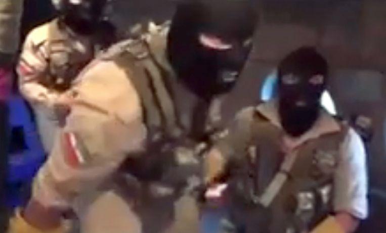 Leden van de Iraanse Revolutionaire Garde stomen zich klaar om de 'Stena Impero' te bestormen. Beeld EPA