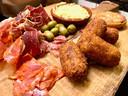 Spaanse hammen, chorizo, olijven  en de befaamde croquata's met ibericoham en kip.