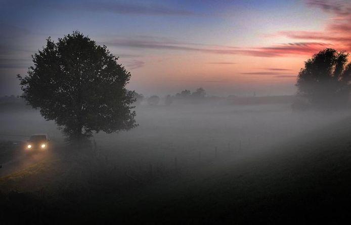 Opkomende mist tussen Oeffelt en Sint-Agatha. Een herfstplaat van Ed van Alem uit 2006.