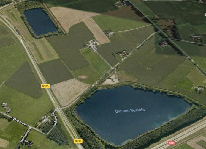 Beeld bovenaf van het Gat van Roelofs en bovenaan het Gat van Heijting. De nieuwe zandwinning moet - op basis van bovenstaand beeld - op de percelen ten noordoosten van het Gat van Roelofs plaatshebben.