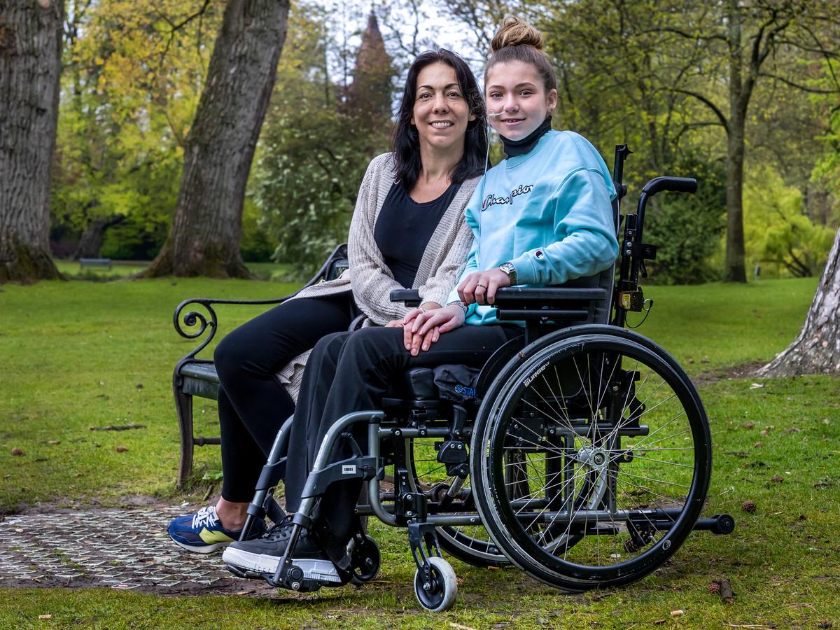 Kess (13) met haar moeder Suzanne Lieberwirth in het Wilhelminapark, vlakbij revalidatiecentrum de Hoogstraat in Utrecht.