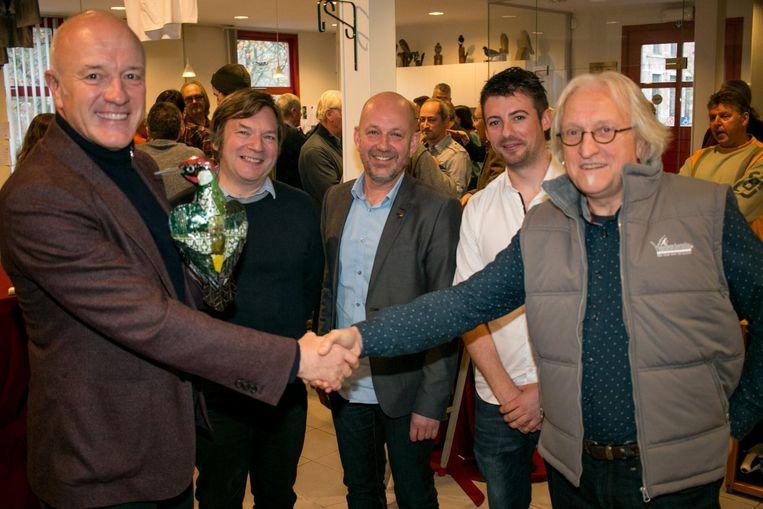 Geert Hoste geeft de fakkel door aan Marc De Bel als ambassadeur van Vogelbescherming Vlaanderen.