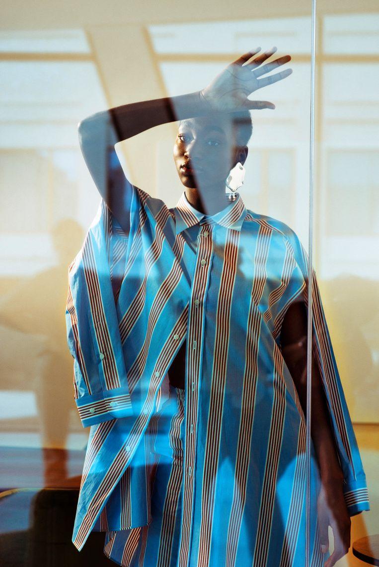 Hemd + broek: Maison Margiela bij Louis. Oorbel: All Blues bij Graanmarkt 13. Beeld LALO + EVA