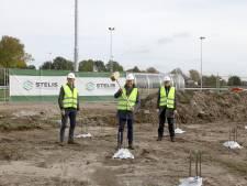 Eerste paal nieuwbouw Huissense voetbalcalub Jonge Kracht dan toch eindelijk geslagen