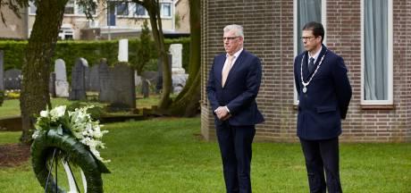Sobere dodenherdenking zonder publiek: Joost van Oostrum legt krans bij graven van Britse en Canadese piloten in Borculo