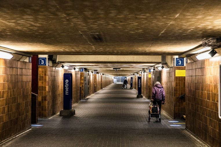 De anderhalvemeterregel is geen probleem in station Denderleeuw. Beeld Aurélie Geurts