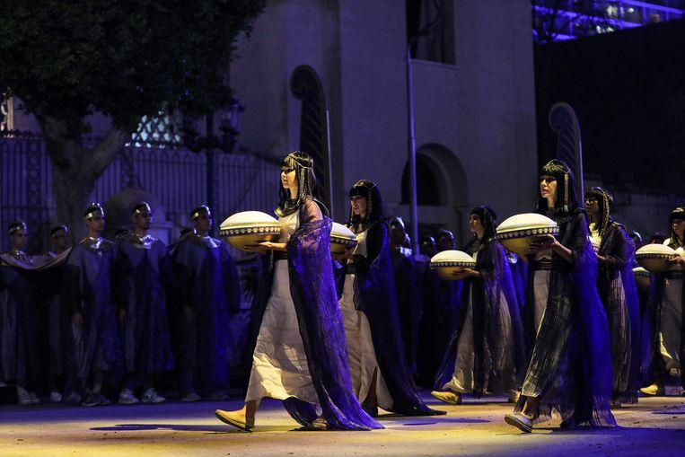Deelnemers aan de parade waarbij de mummies van 22 koningen en koninginnen uit de Egyptische oudheid zaterdag werden verplaatst naar een nieuw museum in Caïro.  Beeld AFP