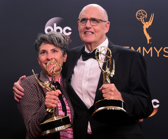 Jill Soloway (links) en Jeffrey Tambor werden bekroond voor Transparent.