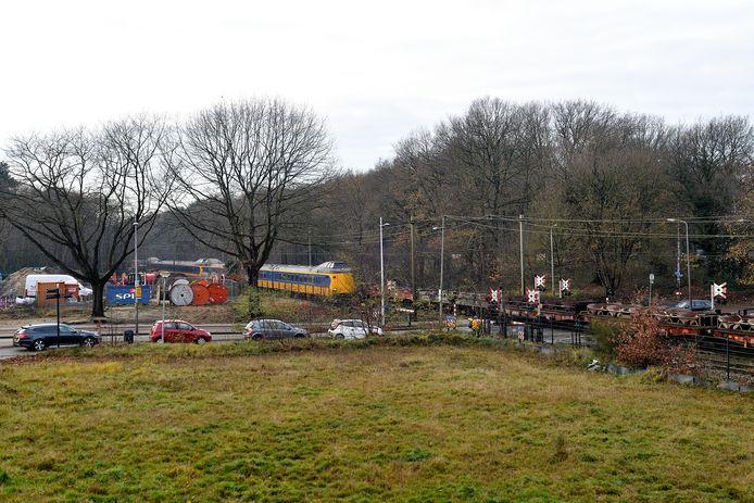 De spoorlijn Utrecht-Amersfoort ter hoogte van de overgang in de Barchman Wuytierslaan. In de plannen voor de westelijke rondweg is een spoortunnel opgenomen voor het autoverkeer.
