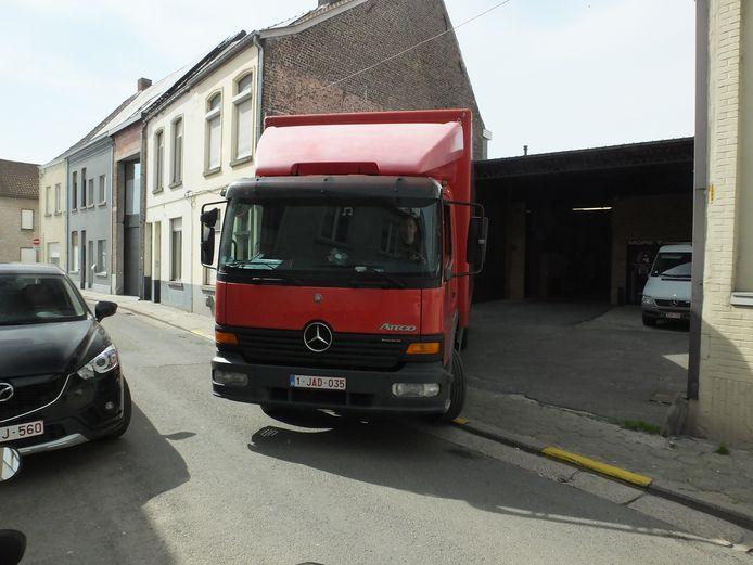 In de huidige rijrichting kan Peter met zijn vrachtwagen nipt zijn parking achterwaarts oprijden om te laden en te lossen.