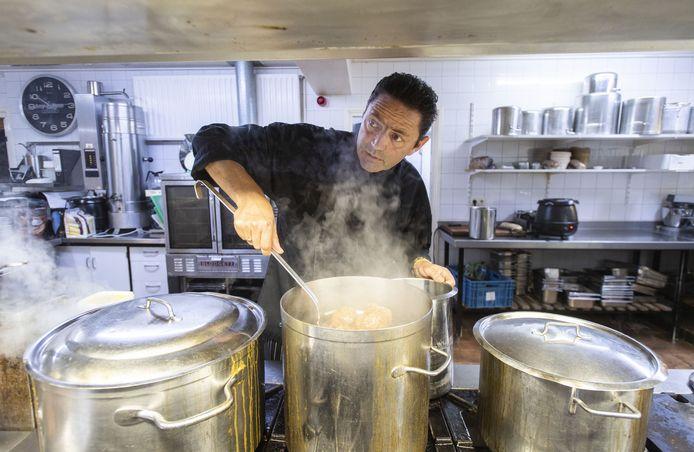 """Martin van Beusichem,  eigenaar van restaurant en zalencentrum Harwig. """"Ik ga geen aardbeien verkopen, ik ben en blijf kok""""."""